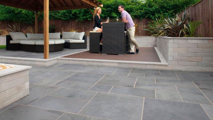 tegelzetter voor het aanleggen van een natuursteen terrasvloer 2